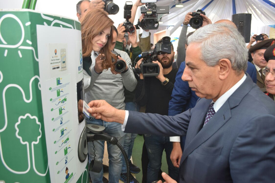 طارق قابيل يفتتح أول شبكة شحن للسيارات الكهربائية فى مصر