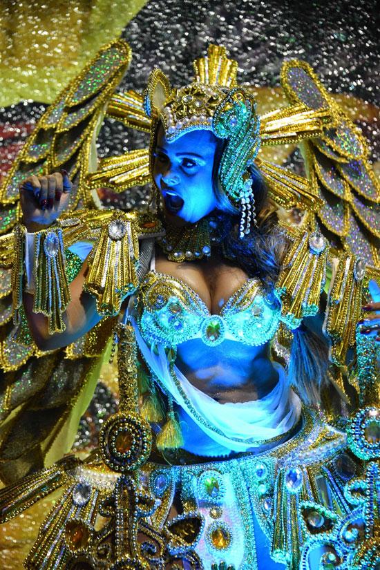اضاءة زرقاء تلون وجه راقصة بكرنفال السامبا بالبرازيل