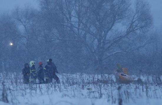 رجال الإنقاذ بموقع الحادث