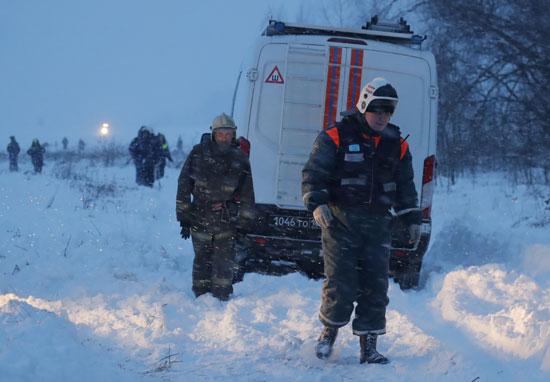 رجال الأمن فى روسيا تتدفق على موقع تحطم الطائرة