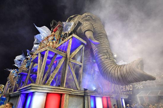 مجسم لفيل ضخم فى كرنفال السامبا بالبرازيل