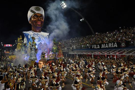 عروض راقصة خلال كرنفال السامبا بالبرازيل