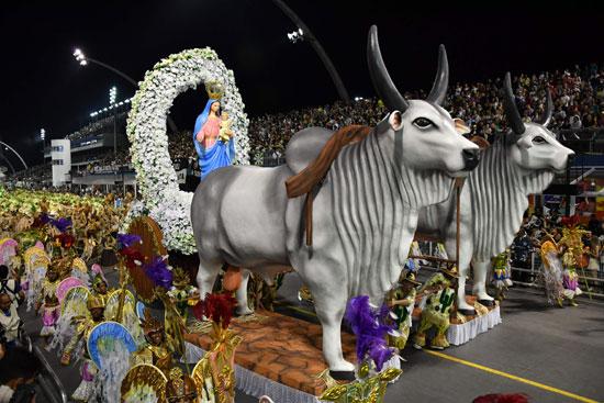 مجسمات لأبقار والسيدة مريم فى كرنفال السامبا بالبرازيل