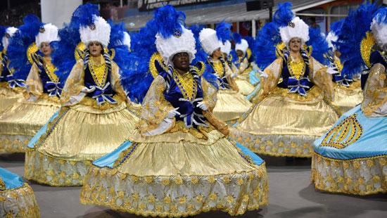 رقصة السامبا فى كرنفال المدارس بشوارع البرازيل