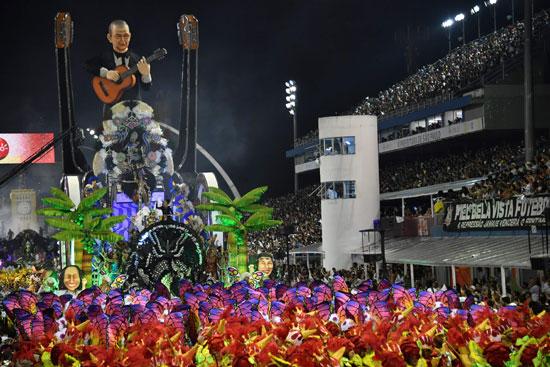 مجسم لعازف جيتار فى كرنفال السامبا بالبرازيل