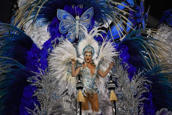 راقصة تتألق فى أزيائها الملون خلال كرنفال السامبا بالبرازيل