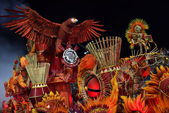 مجسم لنسر عملاق فى كرنفال السامبا بالبرازيل