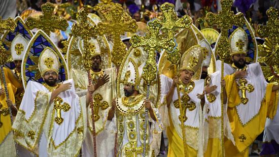راقصون فى زى رجال دين بكرنفال السامبا بالبرازيل