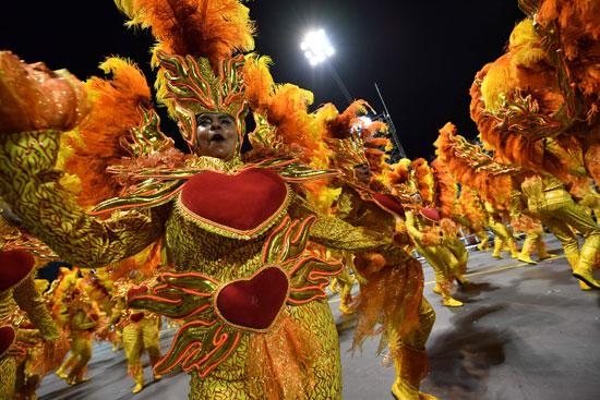 أزياء زاهية لراقصات كرنفال السامبا فى البرازيل