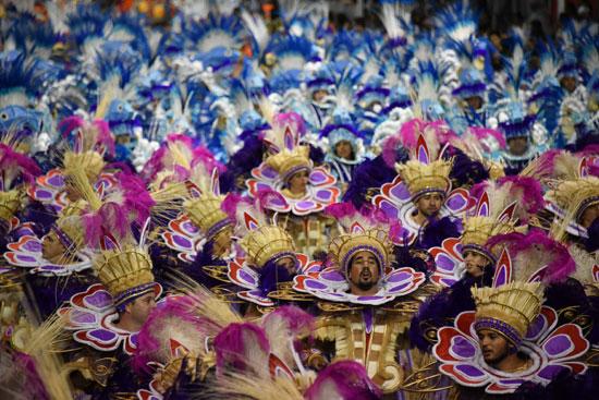 راقصون فى كرنفال السامبا بالبرازيل