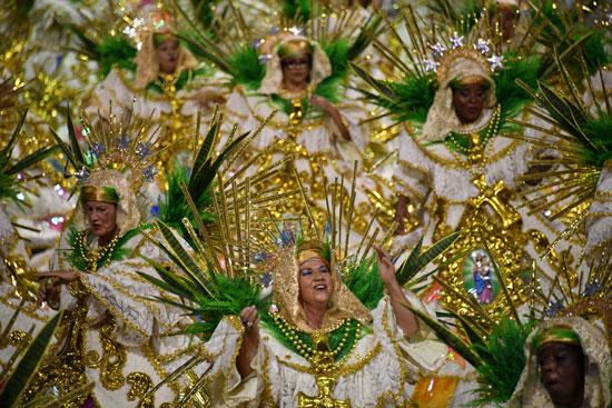راقصات فى أزياء مبهجة تشاركن بكرنفال السامبا بالبرازيل