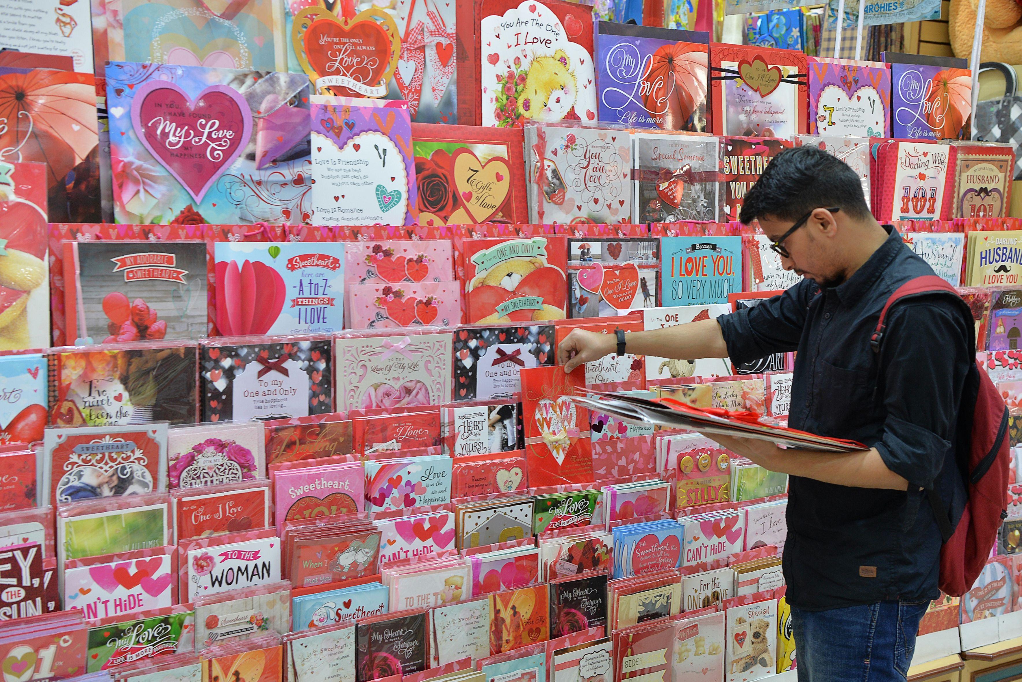 متجر فى الهند يتزين بعبارات الحب استعدادا لعيد الحب