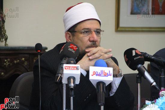 محمد مختار جمعة وزير الأوقاف مع الأئمة المرشحين لمنحة الماجستير (15)