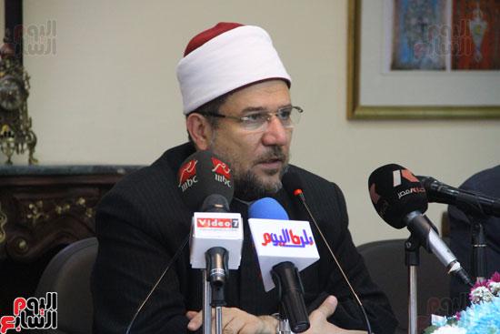 محمد مختار جمعة وزير الأوقاف مع الأئمة المرشحين لمنحة الماجستير (24)