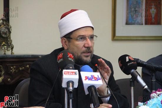 محمد مختار جمعة وزير الأوقاف مع الأئمة المرشحين لمنحة الماجستير (23)