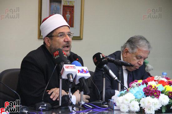 محمد مختار جمعة وزير الأوقاف مع الأئمة المرشحين لمنحة الماجستير (28)