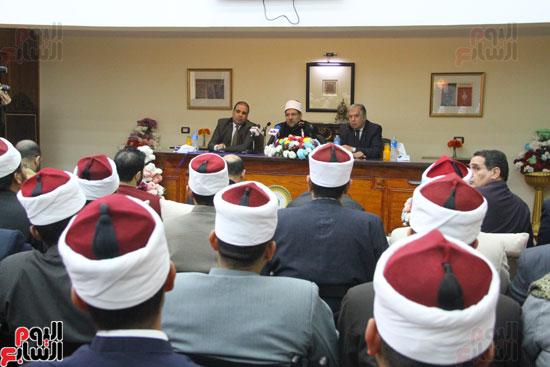 محمد مختار جمعة وزير الأوقاف مع الأئمة المرشحين لمنحة الماجستير (7)