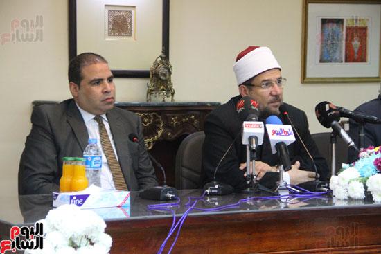 محمد مختار جمعة وزير الأوقاف مع الأئمة المرشحين لمنحة الماجستير (27)