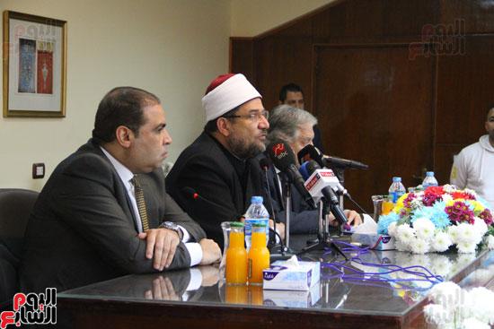 محمد مختار جمعة وزير الأوقاف مع الأئمة المرشحين لمنحة الماجستير (29)