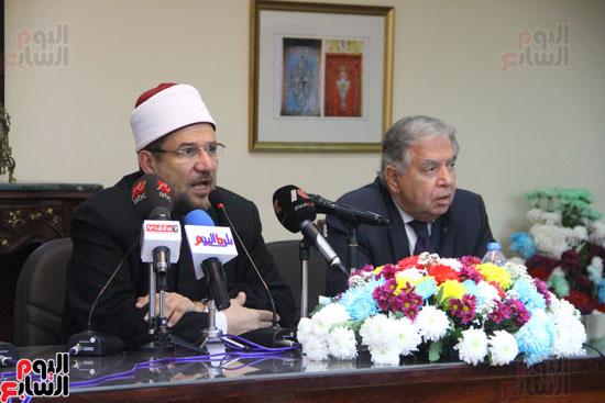 محمد مختار جمعة وزير الأوقاف مع الأئمة المرشحين لمنحة الماجستير (26)