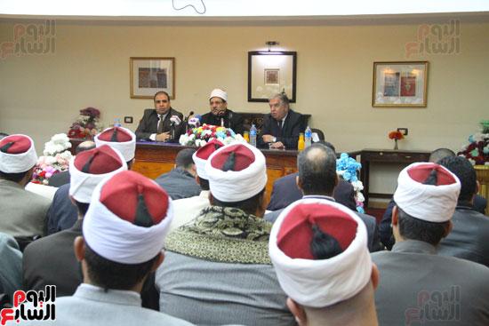 محمد مختار جمعة وزير الأوقاف مع الأئمة المرشحين لمنحة الماجستير (10)