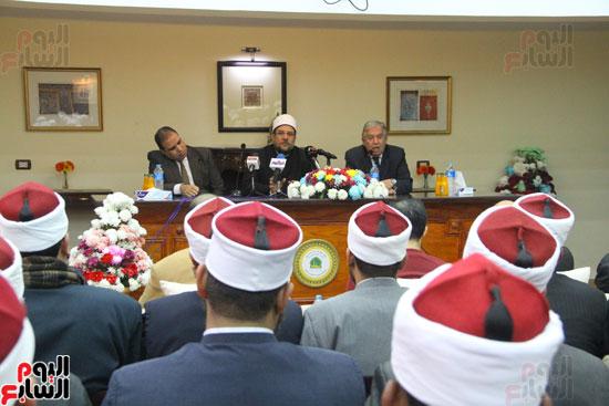 محمد مختار جمعة وزير الأوقاف مع الأئمة المرشحين لمنحة الماجستير (21)