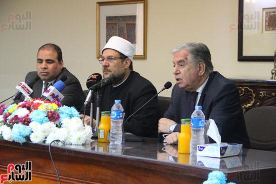 محمد مختار جمعة وزير الأوقاف مع الأئمة المرشحين لمنحة الماجستير (8)