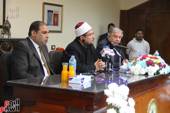 محمد مختار جمعة وزير الأوقاف مع الأئمة المرشحين لمنحة الماجستير (18)