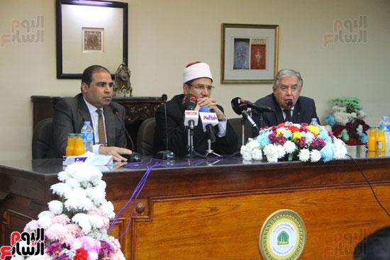 محمد مختار جمعة وزير الأوقاف مع الأئمة المرشحين لمنحة الماجستير (22)