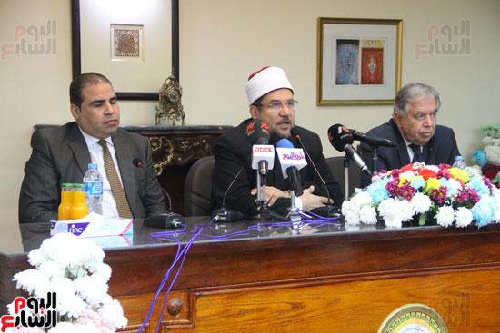 محمد مختار جمعة وزير الأوقاف مع الأئمة المرشحين لمنحة الماجستير (25)
