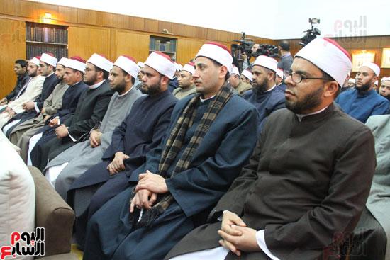 محمد مختار جمعة وزير الأوقاف مع الأئمة المرشحين لمنحة الماجستير (13)