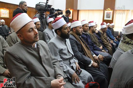 محمد مختار جمعة وزير الأوقاف مع الأئمة المرشحين لمنحة الماجستير (4)