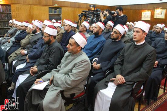 محمد مختار جمعة وزير الأوقاف مع الأئمة المرشحين لمنحة الماجستير (19)