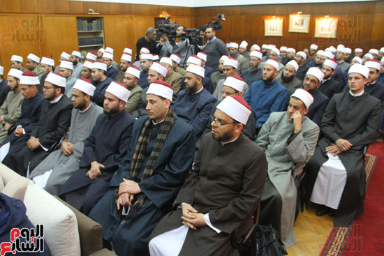 محمد مختار جمعة وزير الأوقاف مع الأئمة المرشحين لمنحة الماجستير (12)