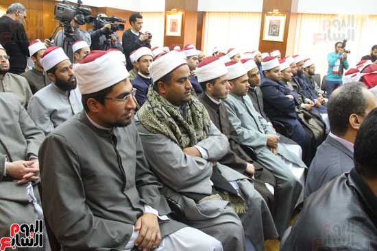 محمد مختار جمعة وزير الأوقاف مع الأئمة المرشحين لمنحة الماجستير (3)