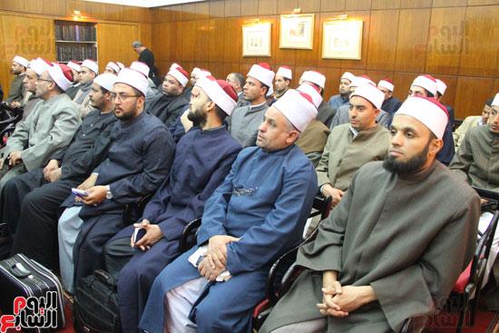 محمد مختار جمعة وزير الأوقاف مع الأئمة المرشحين لمنحة الماجستير (20)