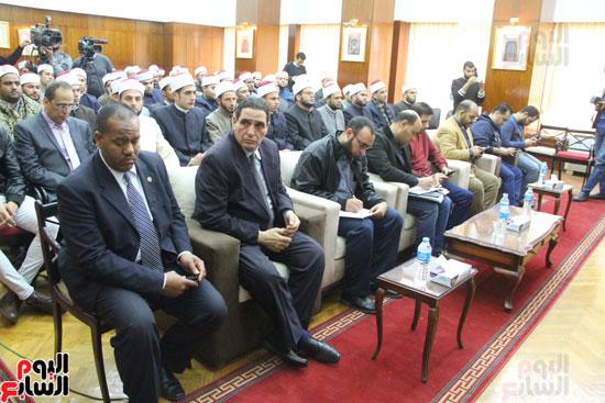 محمد مختار جمعة وزير الأوقاف مع الأئمة المرشحين لمنحة الماجستير (11)