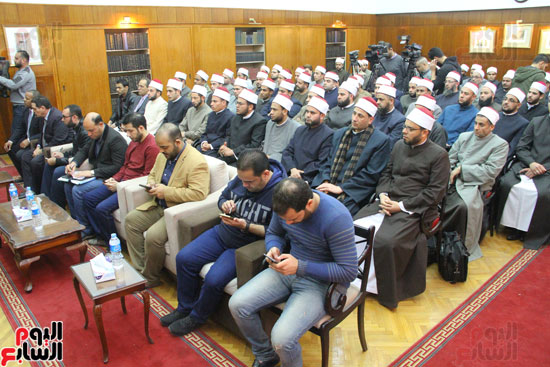 محمد مختار جمعة وزير الأوقاف مع الأئمة المرشحين لمنحة الماجستير (16)