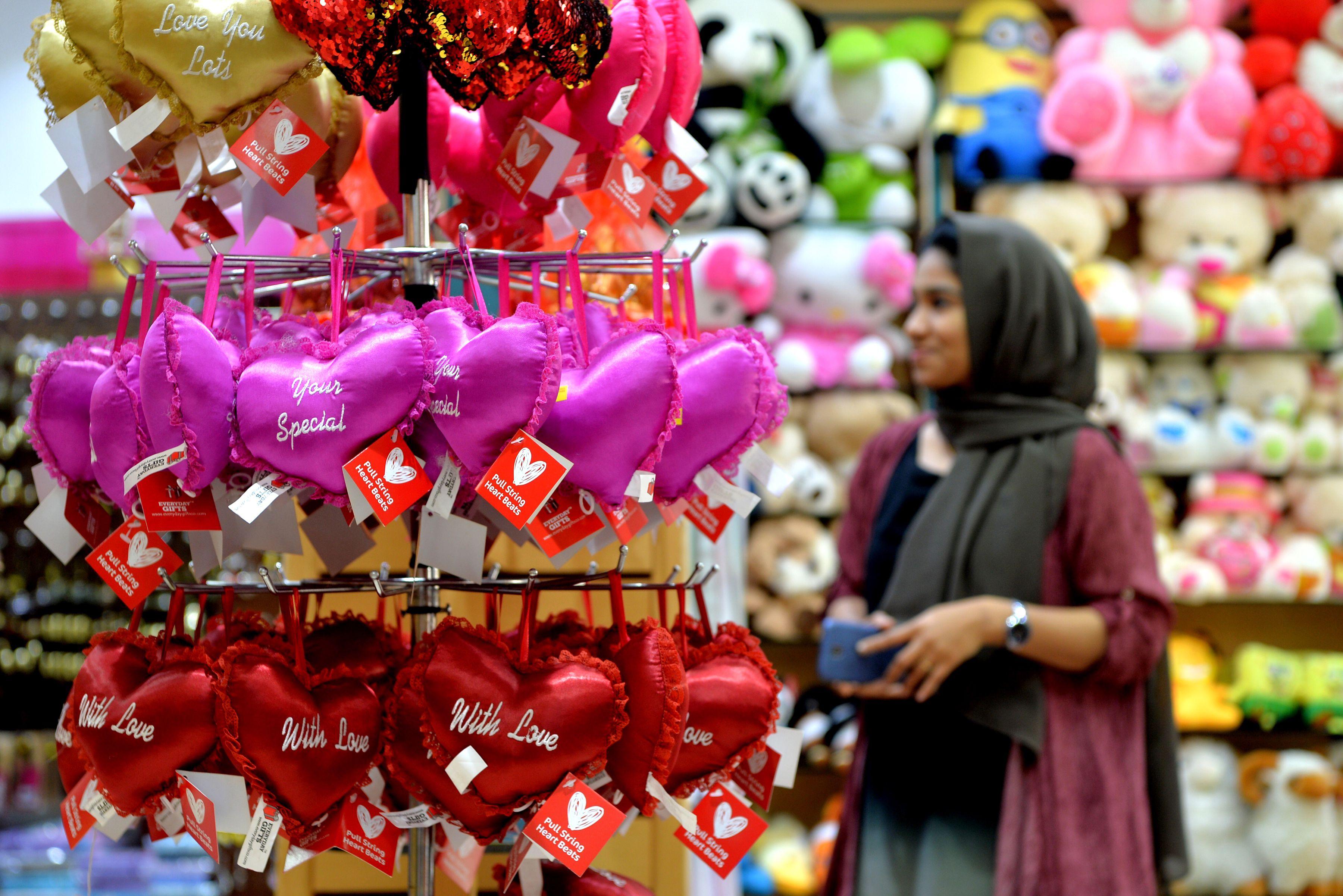 فتاة داخل متجر احتفالا بعيد الحب