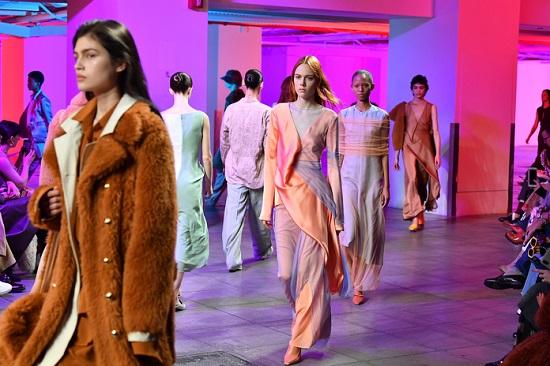 موديلات التسعينيات بأسبوع الموضة بنيويورك (3)