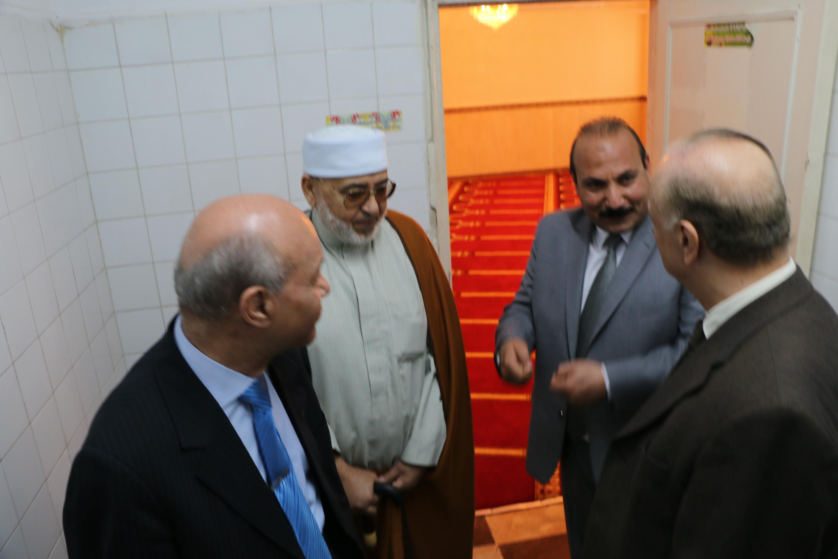 المحافظ خلال افتتاح مسجد العاملين بحى المطرية