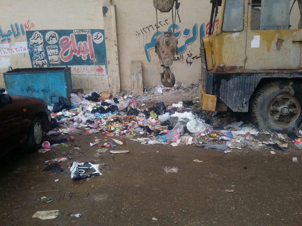 القمامة أمام مدخل المحافظة