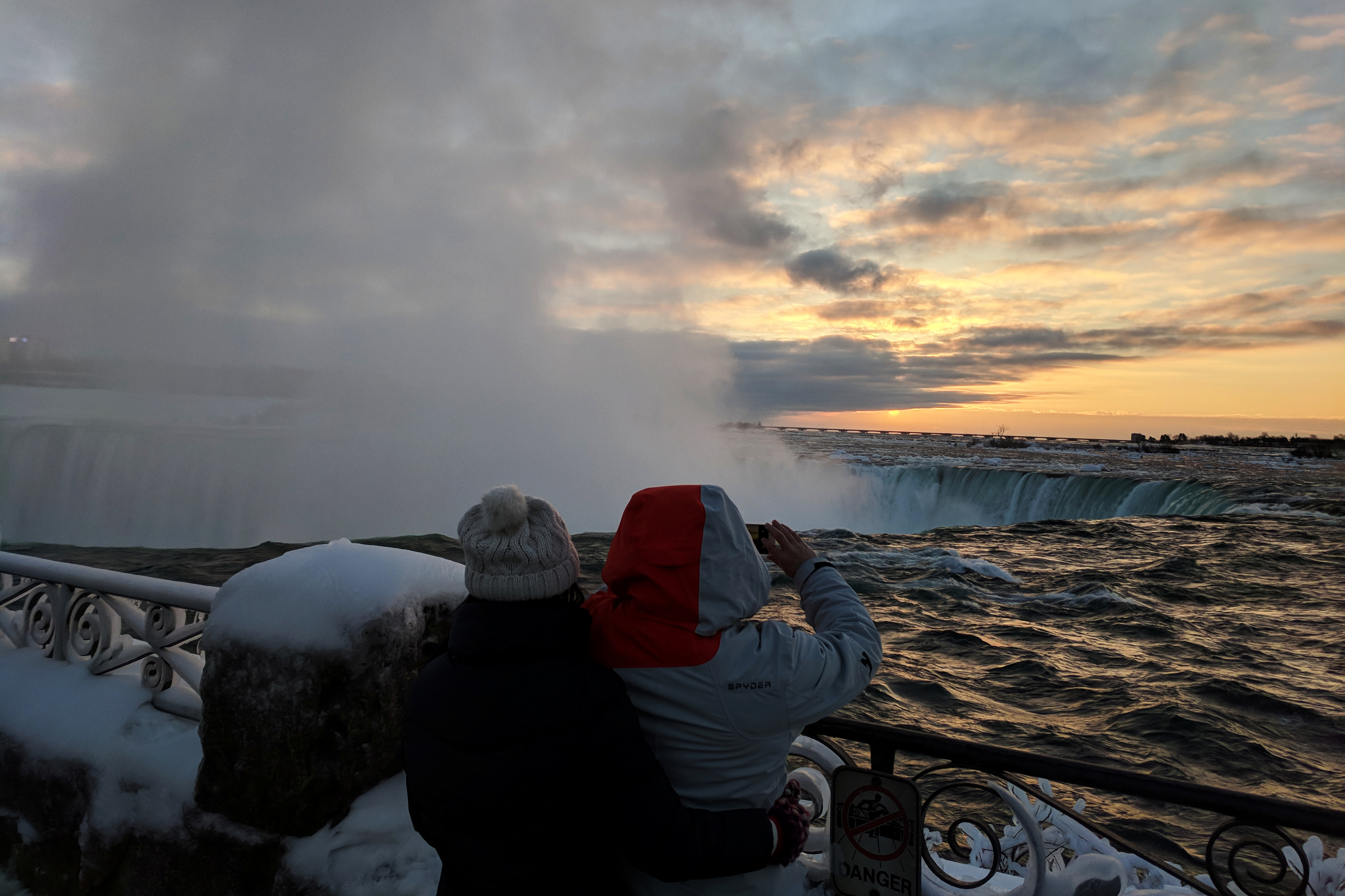 مواطنون يشاهدون الثلوج بشلالات نياجرا