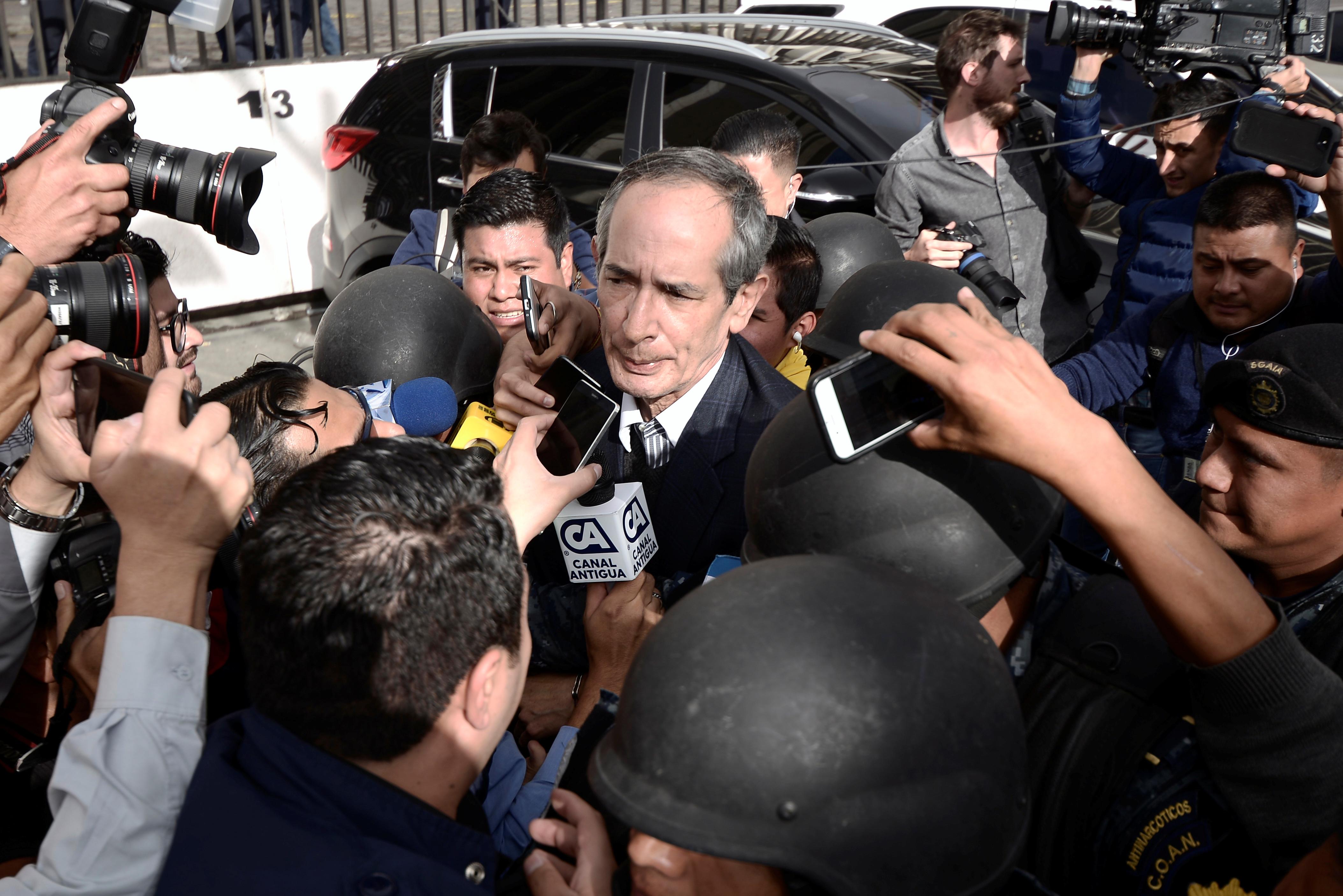 صحفيون حول الرئيس الأسبق