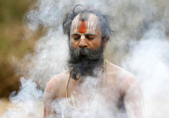 رجل دين يحتفل بكرنفال فى نيبال