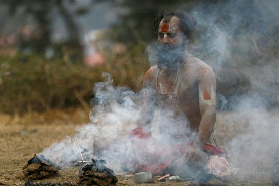 الأدخنة تتصاعد خلال احتفالات مهرجان ماها شيفاتارى بنيبال