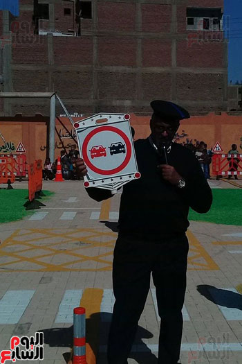 مدير المرور يشرح لتلاميذ المدارس القواعد المرورية المختلفة