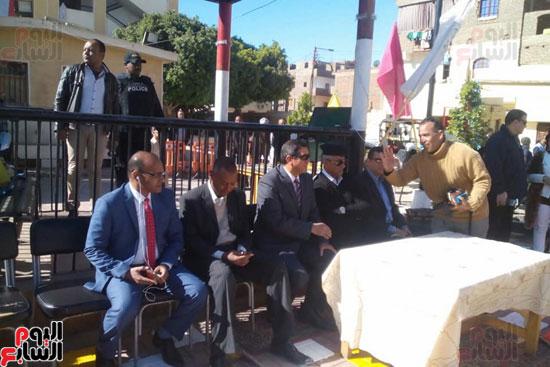 مدير امن الاقصر خلال حضور فعاليات المشروع باحدى المدارس