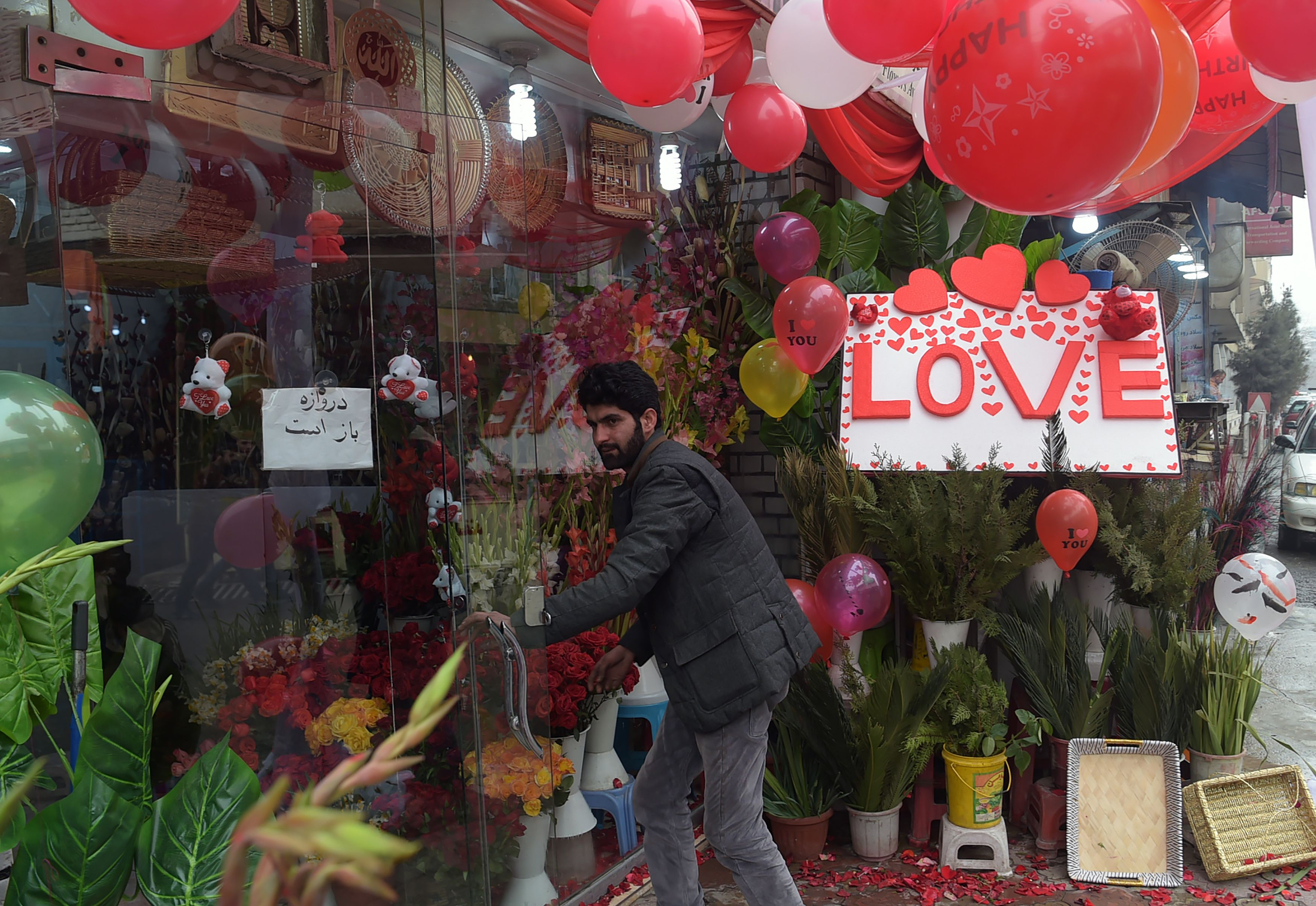 أحد المتاجر تتزين بالقلوب والورود بالتزامن مع انطلاق عيد الحب