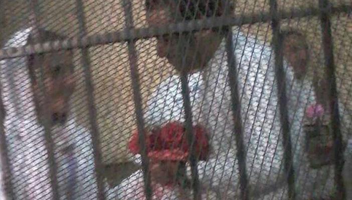 محمد حسنين يُهدى زوجته أيه بوكيه ورد من داخل قفص الإتهام